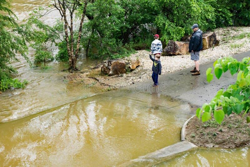 Família que verifica as águas de aumentação do rio de Roanoke foto de stock royalty free