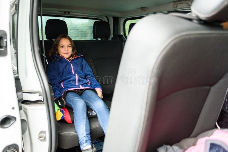Família que viaja na carrinha ao aeroporto fotos de stock