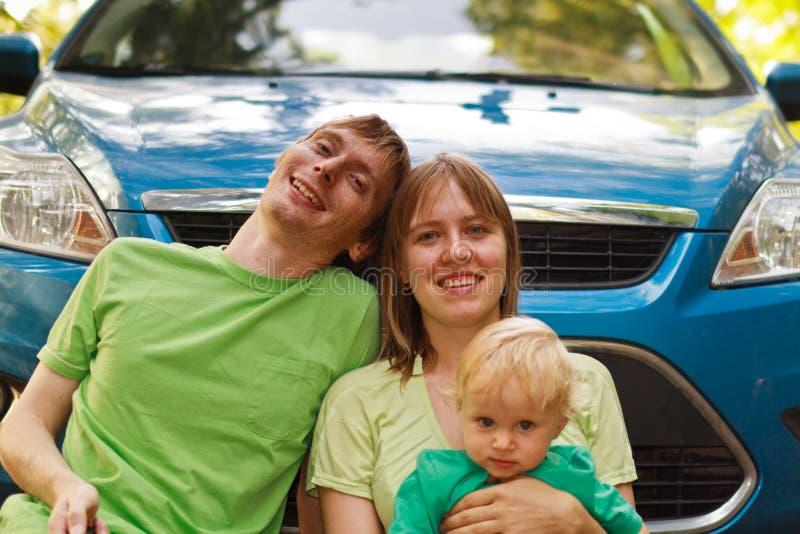 Família que viaja pelo carro foto de stock