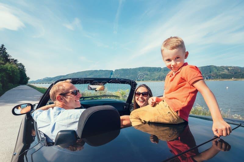 Família que viaja pelo carro do cabriolet imagem de stock