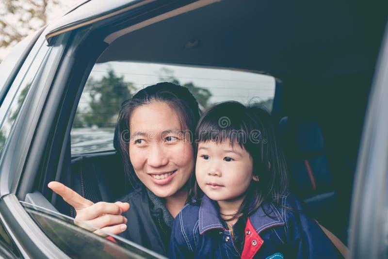Família que viaja pelo carro em férias outdoors foto de stock