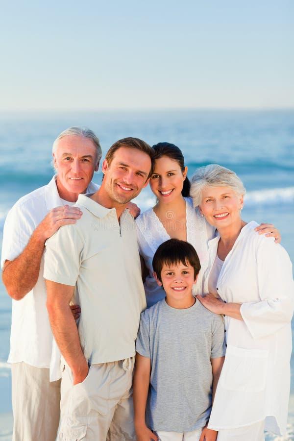 Família radiante na praia