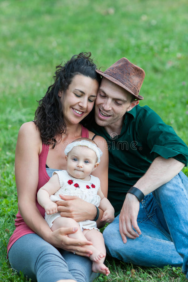 A família relaxa em um prado fotografia de stock royalty free