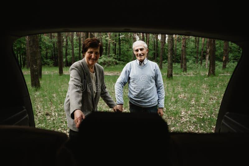 Família superior feliz dentro do carro novo foto de stock