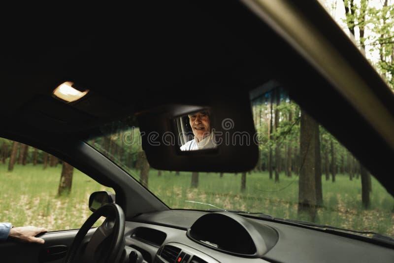Família superior feliz dentro do carro novo imagem de stock