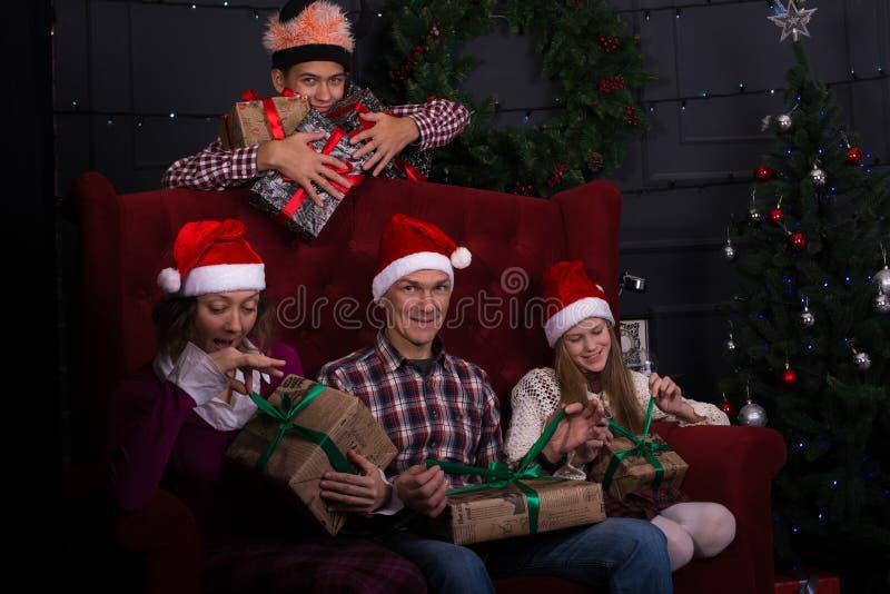 Família surpreendida em antecipação à mágica foto de stock royalty free