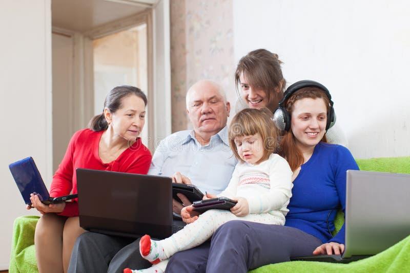 A família usa poucos vários dispositivos na casa fotografia de stock