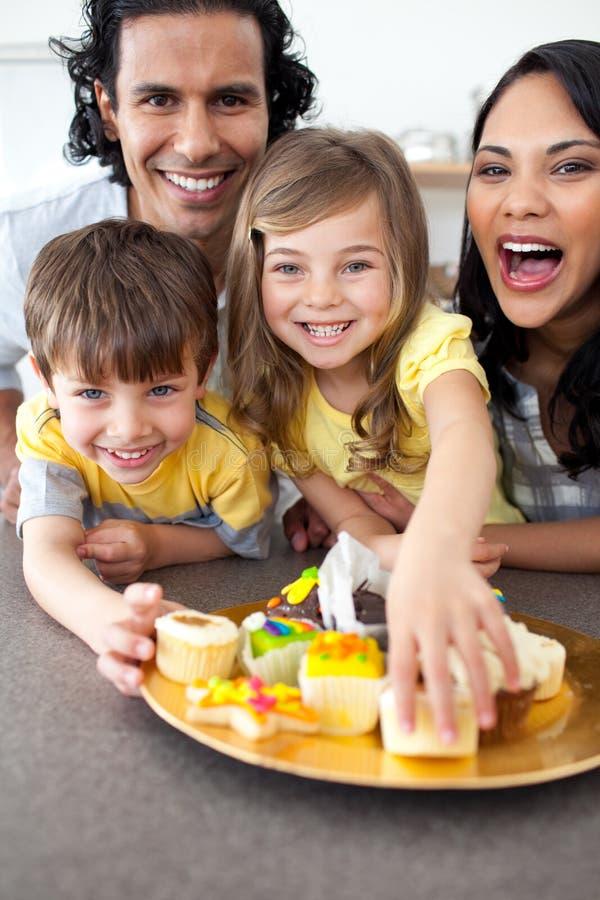 Download Família Vívida Que Come Bolinhos Foto de Stock - Imagem de feliz, cute: 12810254