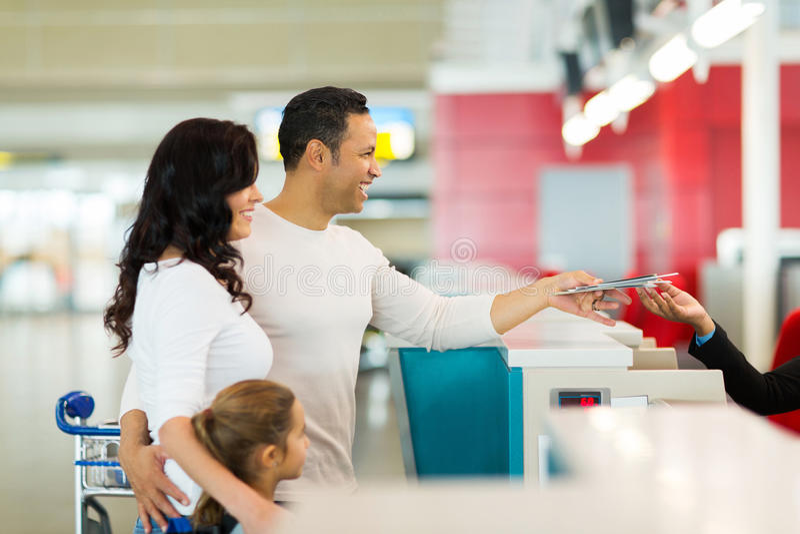 A família verifica dentro o aeroporto
