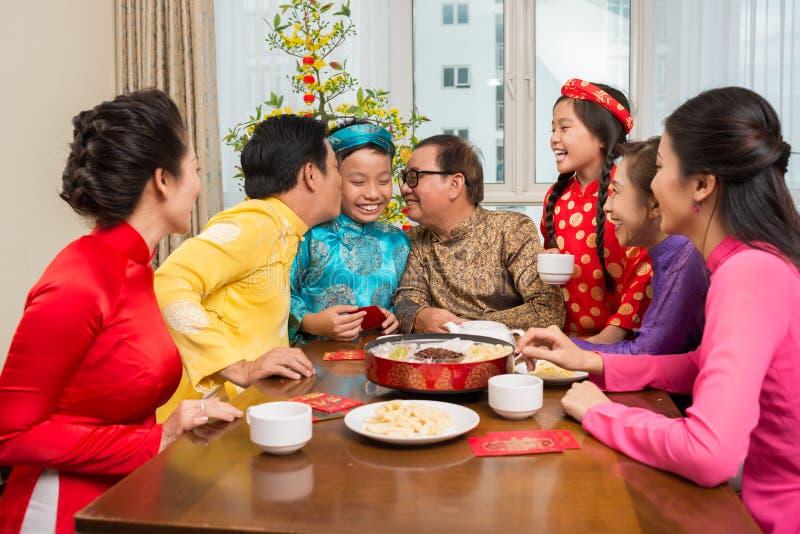 Família vietnamiana que comemora Tet imagem de stock