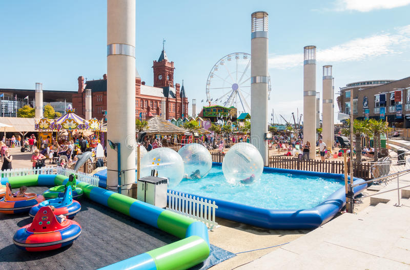 Famílias que apreciam o festival 2017 da praia da baía de Cardiff fotos de stock royalty free