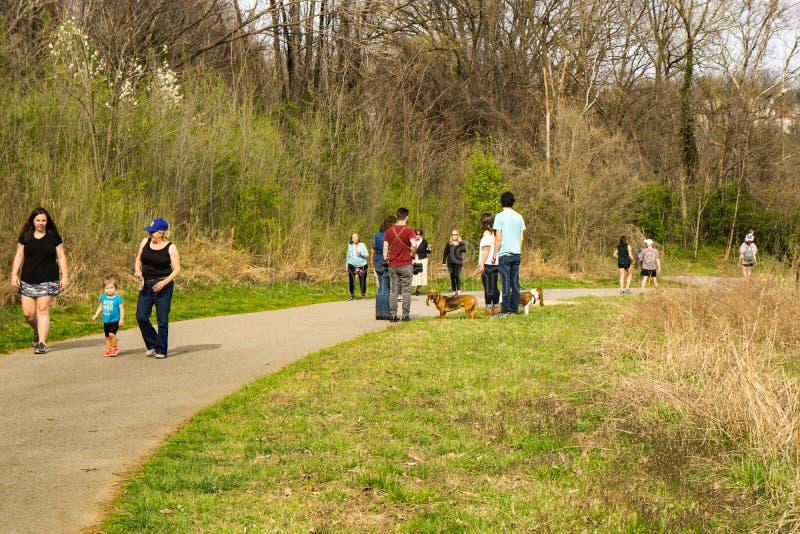 Famílias que apreciam o Greenway do rio de Roanoke imagens de stock royalty free
