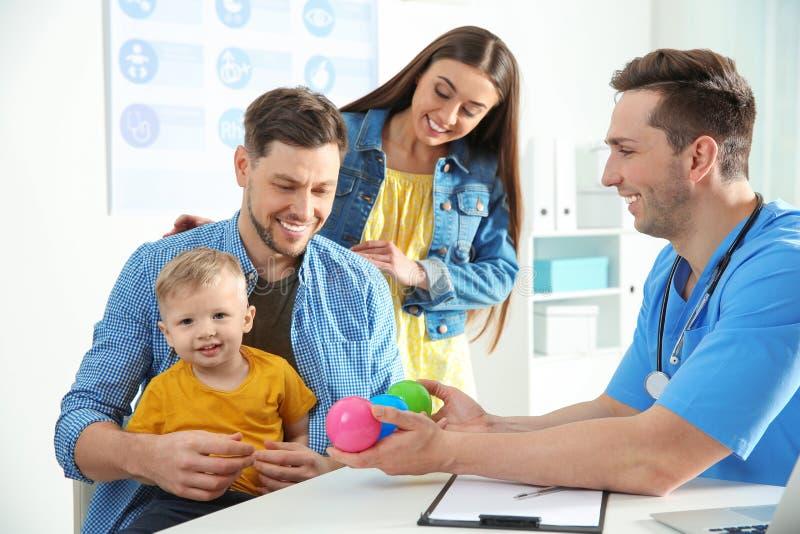 Fam?lia com o doutor de visita da crian?a fotos de stock royalty free