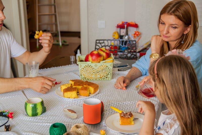 Fam?lia, comer e de povos - m?e feliz, pai e filha que comem o caf? da manh? conceito em casa foto de stock