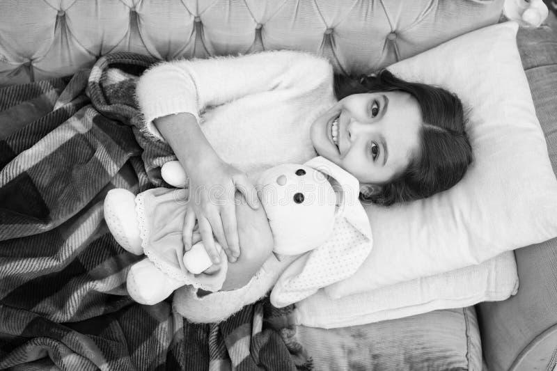 Fam?lia e amor O dia das crian?as crian?a pequena da menina Sonhos doces Bom dia Puericultura sono feliz da menina na cama imagens de stock royalty free