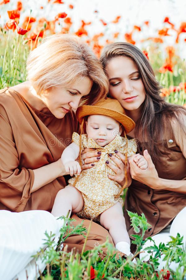 Fam?lia feliz com caminhada do beb? da crian?a do beb? na natureza imagens de stock royalty free