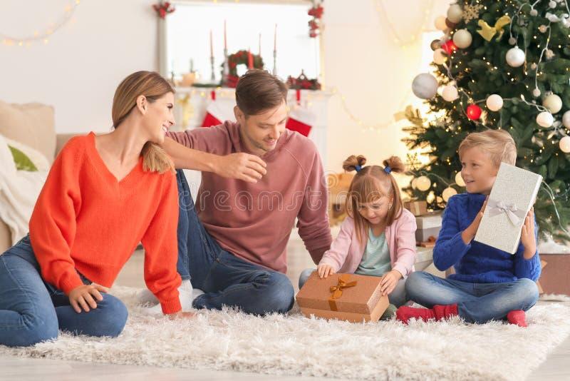 Fam?lia feliz com presentes do Natal em casa foto de stock royalty free