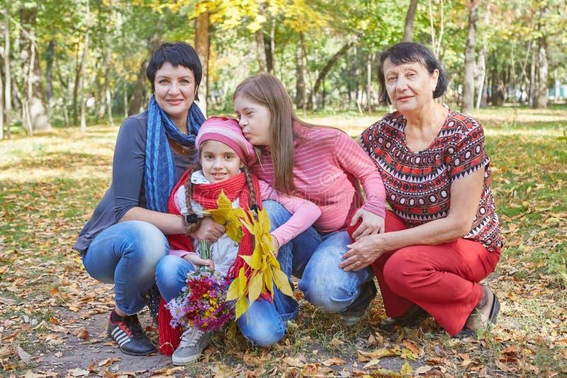 Fam?lia feliz Mãe, avó e filha dois de amor fotos de stock royalty free