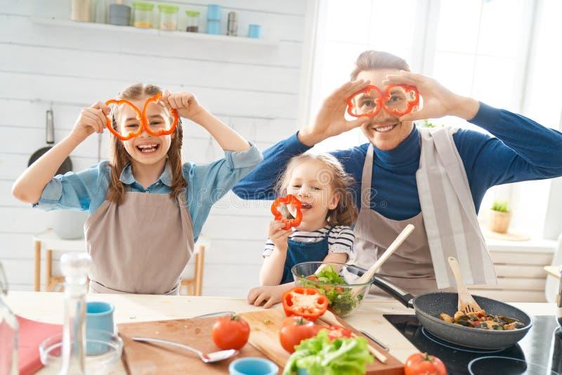 Fam?lia feliz na cozinha imagens de stock