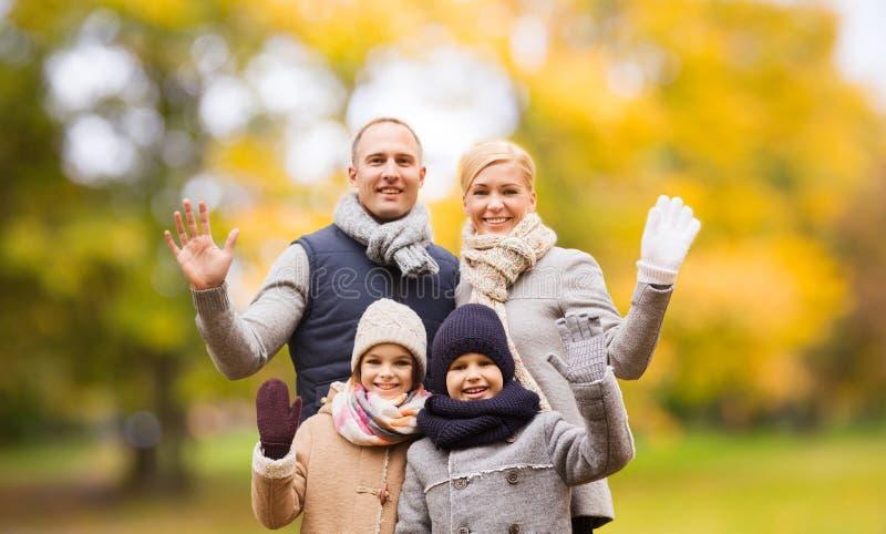 Fam?lia feliz no parque do outono fotografia de stock royalty free