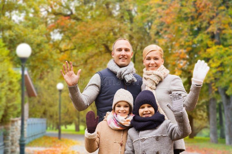 Fam?lia feliz no parque do outono imagem de stock royalty free
