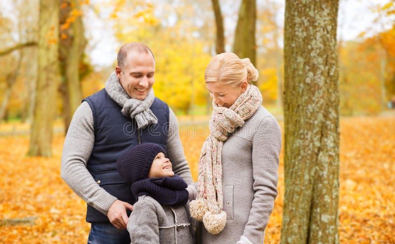 Fam?lia feliz no parque do outono foto de stock