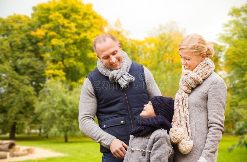 Fam?lia feliz no parque do outono imagens de stock royalty free
