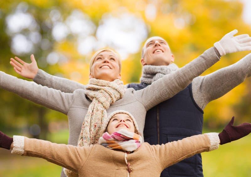 Fam?lia feliz que tem o divertimento no parque do outono fotografia de stock royalty free