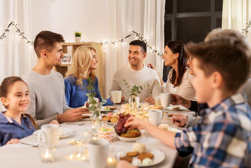 Fam?lia feliz que tem o tea party em casa imagem de stock royalty free