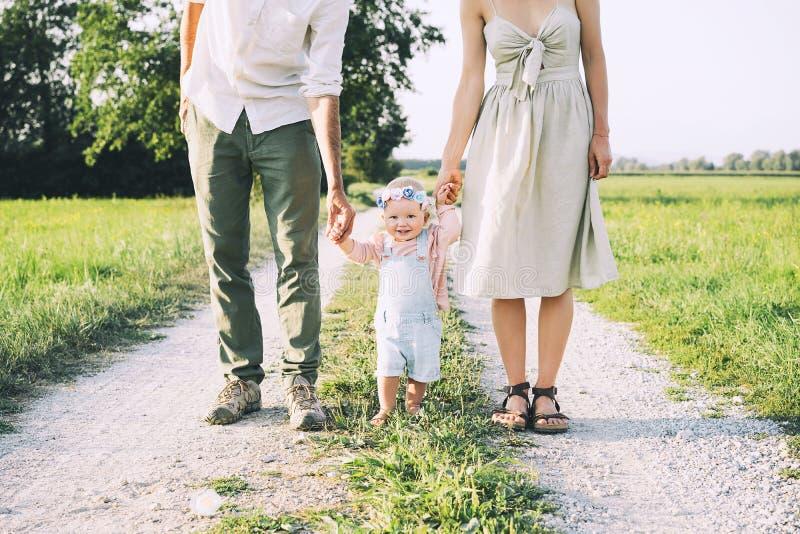 Fam?lia na natureza Mãe e pai com bebê fora fotografia de stock
