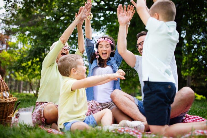 Fam?lia nova com as crian?as que t?m o divertimento na natureza foto de stock royalty free