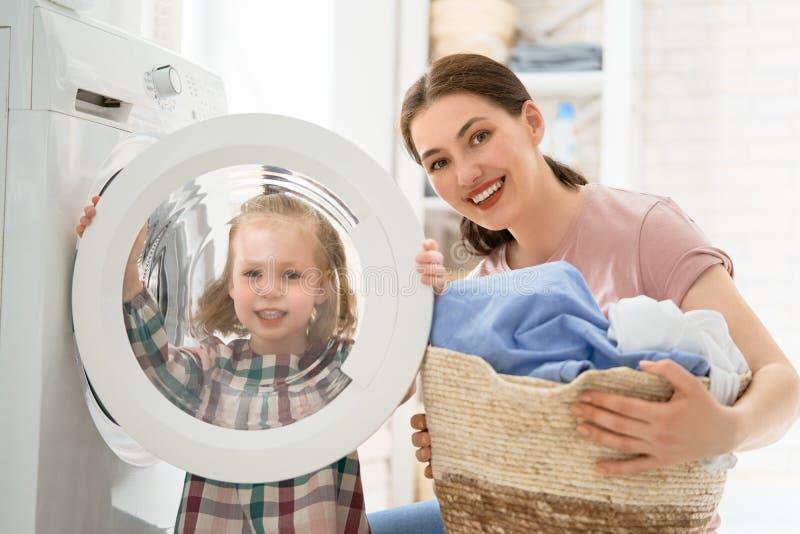 Fam?lia que faz a lavanderia fotografia de stock royalty free
