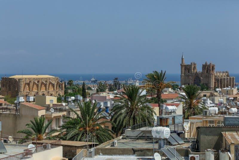 Famagusta nordliga Cypern - Augusti 19, 2015: Stadssikt på Lala Mustafa Pasha Mosque och havet arkivbild