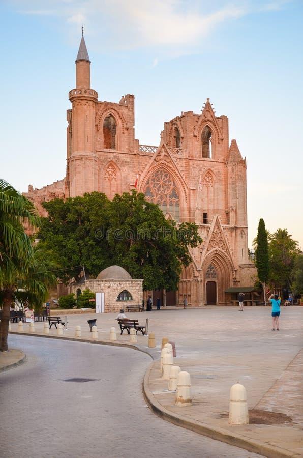 Famagusta nordliga Cypern - Oktober 3rd 2018: Lala Mustafa Pasha Mosque som tas på en sen afton i ett mjukt rött solnedgångljus arkivfoto