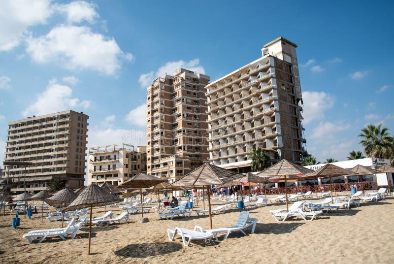 Famagusta strand och övergav hotell Cypern royaltyfria bilder