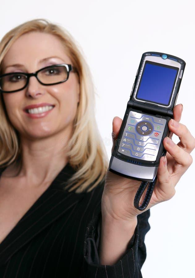 Famale que sostiene un teléfono abierto del tirón fotografía de archivo libre de regalías