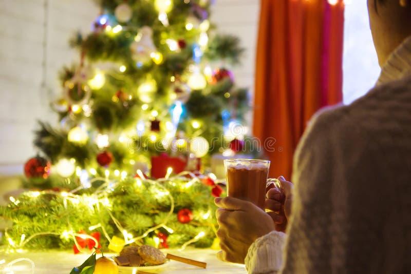 Famale remet tenir une tasse faite main en céramique confortable avec le coffe Concept à la maison de temps d'hiver et de Noël li images libres de droits