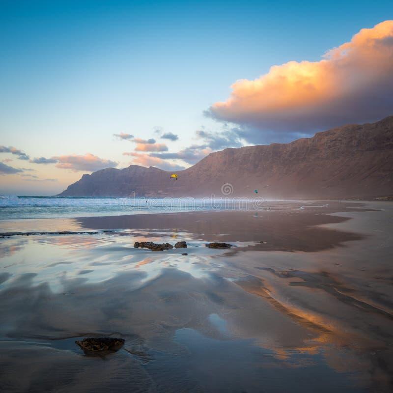 Famara-Strand bei Sonnenuntergang, Lanzarote, Kanarische Inseln, Spanien stockbilder