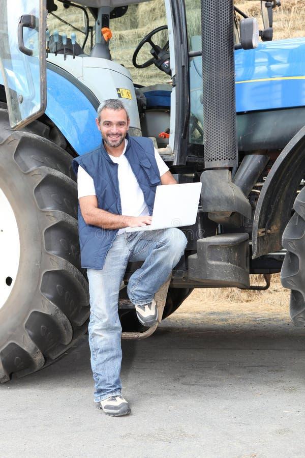 Famer hizo una pausa el tractor foto de archivo