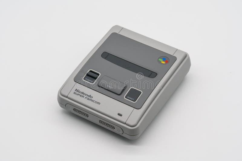 Famicom super mini, console do jogo do vintage por Nintendo illustrati fotos de stock royalty free