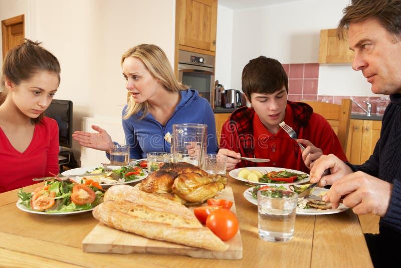Famiglia adolescente che ha argomento mentre mangiando pranzo fotografie stock libere da diritti