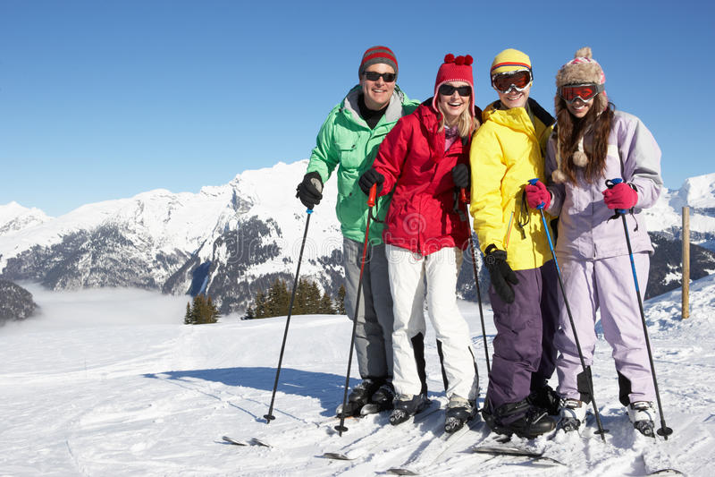 Famiglia adolescente sulla festa del pattino in montagne immagini stock