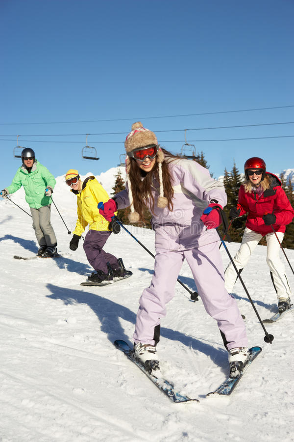 Famiglia adolescente sulla festa del pattino in montagne fotografia stock libera da diritti