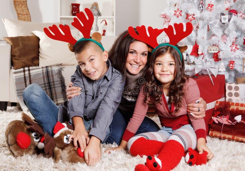Famiglia adorabile al Natale immagini stock libere da diritti