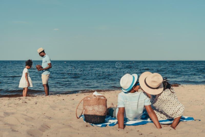 famiglia afroamericana alla spiaggia fotografia stock