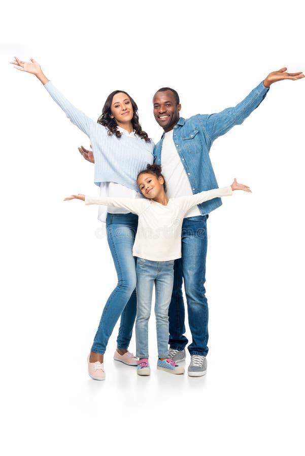 famiglia afroamericana allegra con a braccia aperte sorridere alla macchina fotografica immagine stock