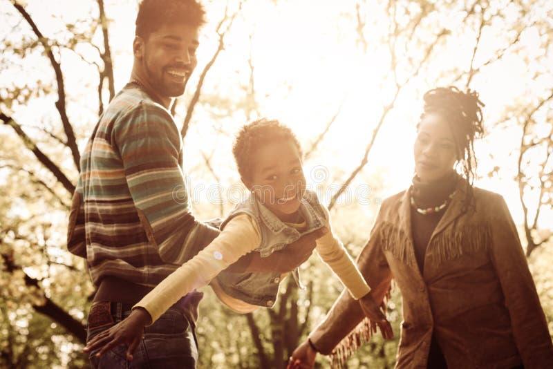 Famiglia afroamericana che gode nel parco fotografia stock