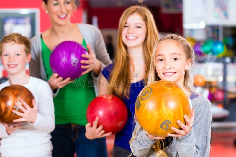 Famiglia al centro di bowling immagine stock libera da diritti
