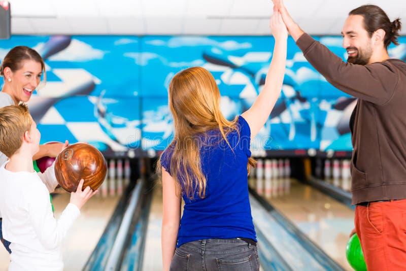 Famiglia al centro di bowling immagine stock