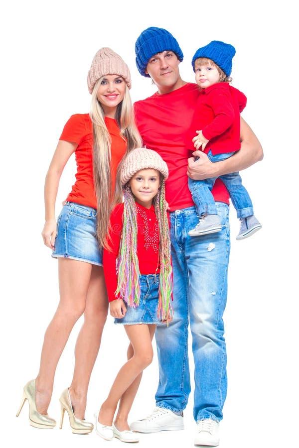 Famiglia al Natale Famiglia allegra in cappelli che esaminano macchina fotografica e che sorridono mentre isolato su bianco Amore immagini stock